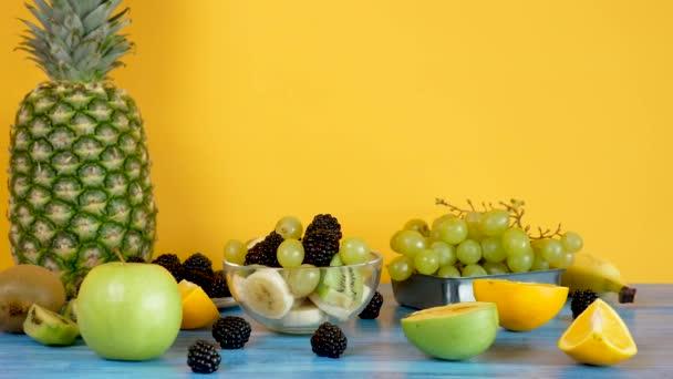 Skleněná mísa s ovocný salát