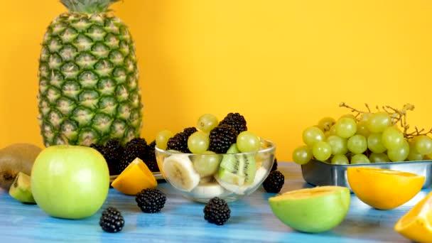 Finom egészséges házi készítésű gyümölcssalátát üvegtál