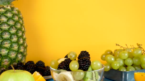 Egzotikus gyümölcssaláta készült banán, kivi, szőlő és a bogyós gyümölcsök