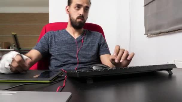 Grafické návrháře člověk pracuje ve své kanceláři