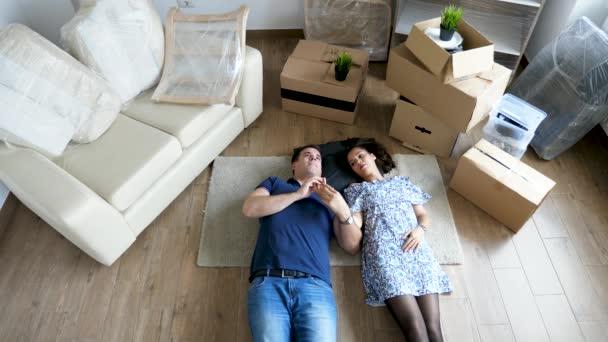 Horní pohled pár ležící na podlaze mají nový domov