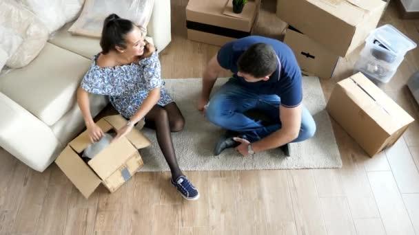 Frau und Mann beim Auspacken aus Kartons