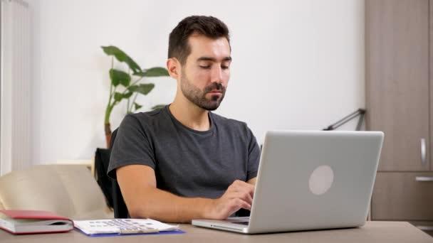 Ember gépelés a notebook, a nappali