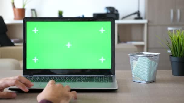 Práce doma na notebooku s chroma fabion mock-up na volné noze