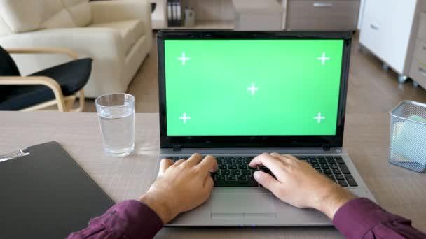 Jezdec záběry z mužských rukou, psaní na klávesnici pro laptop s chroma zelenou obrazovkou mock-up Dolly