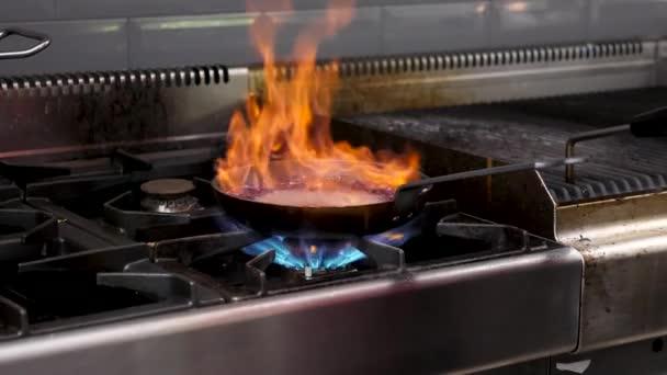 Cook varu omáčkou pro klienty s otevřeným ohněm