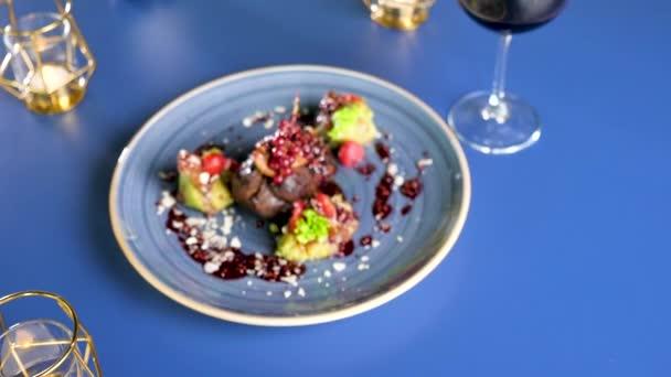 Deska s zdravé a chutné grilované hovězí steack s sladké bobule na talíř na stůl v restauraci