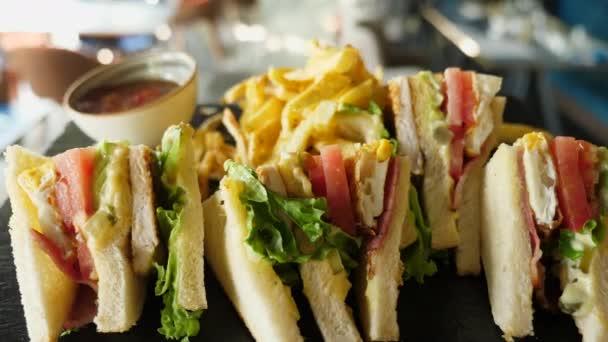 Podnos s sendviče a hranolky