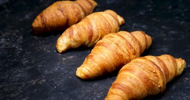 A vintage fekete háttér croissant
