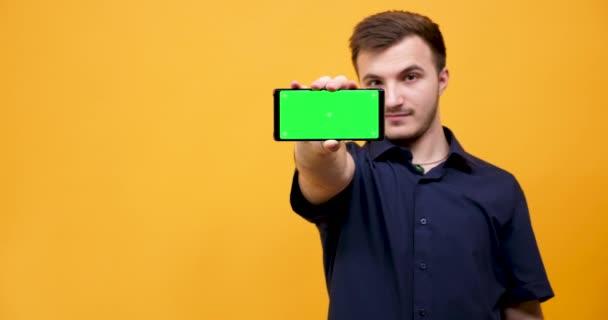 Muž body smartphone s zeleným plátnem