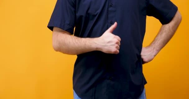 Kavkazská male ruce zobrazeno palce na kameru