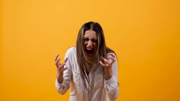 wütende unzufriedene junge Frau schreit in die Kamera