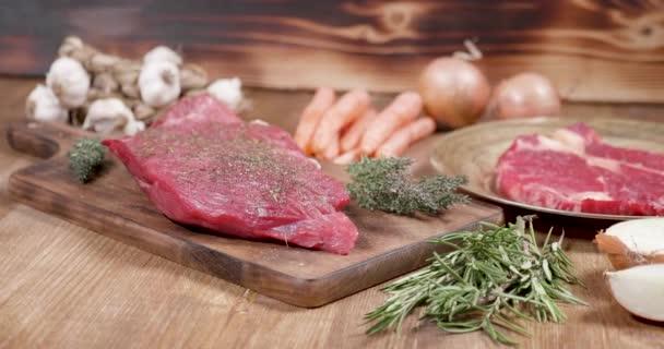 Čerstvé, syrové, Šťavnatý hovězí steak na dřevěném prkénku vintage