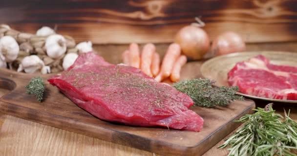 Posunutí směrem k dobře vysušené kus syrového masa
