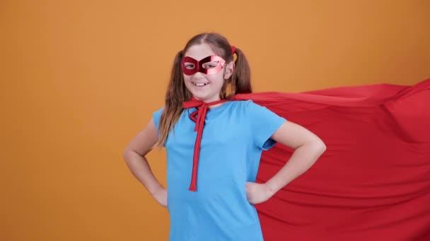 Nagyon pozitív lány mosolyogva a kamera film szuperhős álcázva