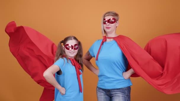 Aranyos tini lány anyukája, úgy tesz, mintha szuperhősök