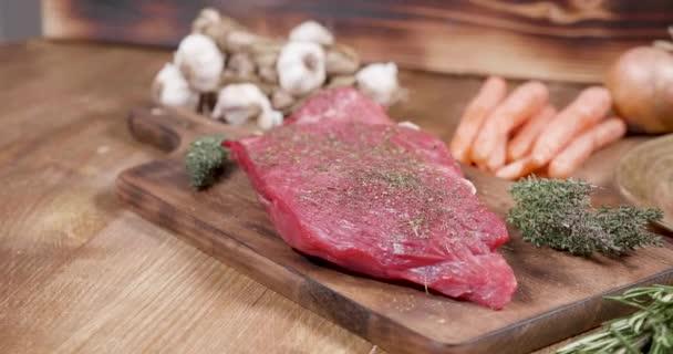 Kořeněné maso na dřevěné desce vintage