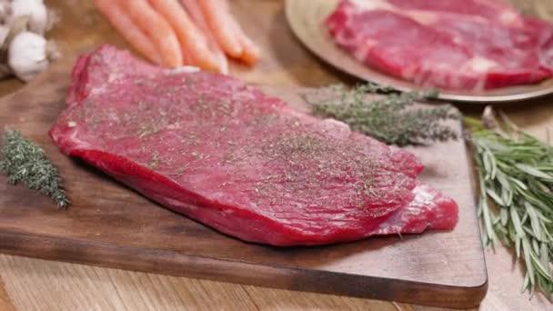 frisches, rohes Fleisch auf einer Vintage-Oberfläche