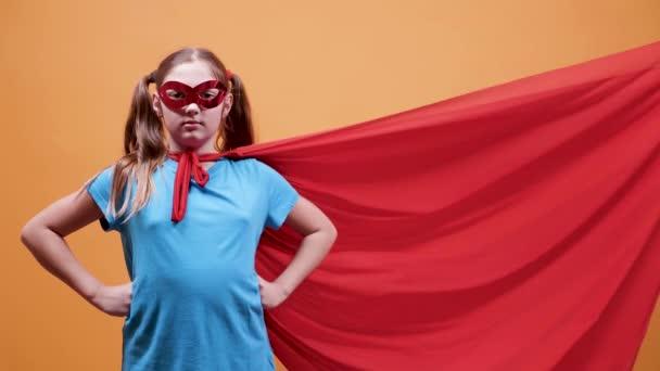 Cinemagraph - kis lány öltözött szuperhõs szerzés blowed palástot a szél