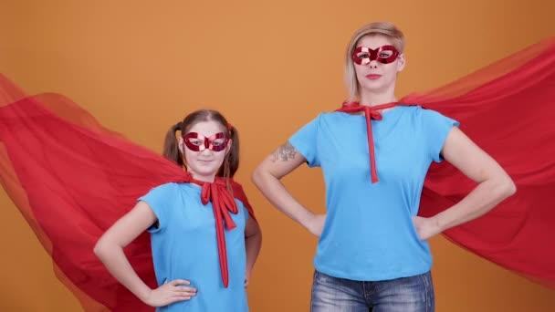 Cinemagraph - kis lány és az anyja öltözött szuperhősök