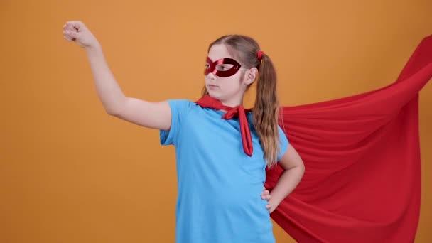 Lassú lövés egy tizenéves lány úgy tesz, mintha egy szuperhős