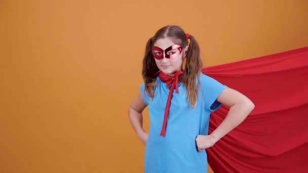 Tini lány, mint egy szuperhős, készen áll a repülésre az ég