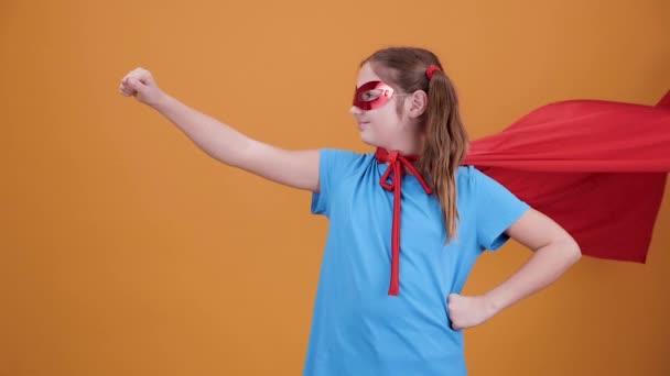 Fiatal szuperhõs repül, hogy segítsen a rászorulóknak