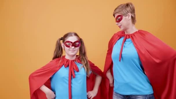 Anya és lánya öltözött szuperhősök