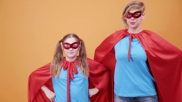 Fiatal lány és nő öltözve szuperhős-jelmezek