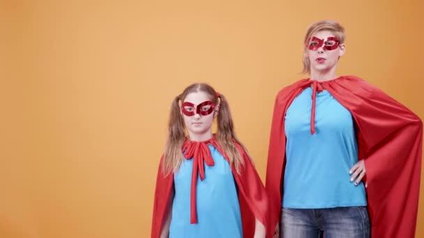 Szuper anya és lánya játszani szuperhősök álcázott