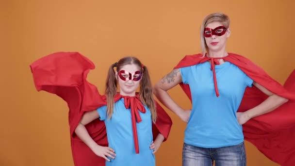 Magabiztos superhero lány és nő pózol a kamera, a lassú mozgás