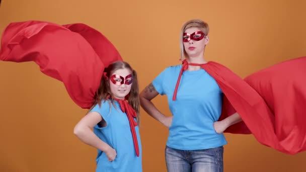Furcsa pillanat, míg anya és lánya játszani szuperhősök