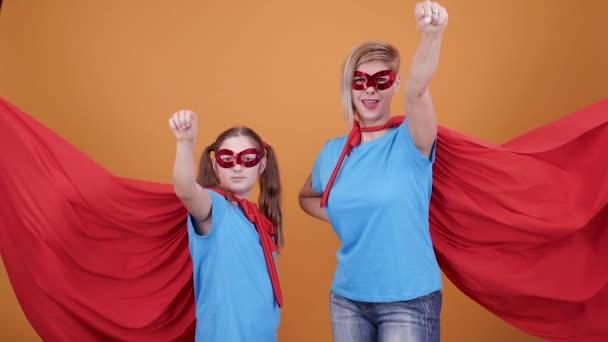 Giovane ragazza e sua madre che finge di volare come supereroi