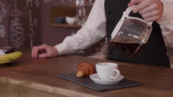Egy férfi barista lassan kitöltésével egy csésze kávé a Cinemagraph