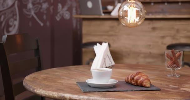 Közelről parallaxis lövés egy fehér csésze erős fekete kávé és snack