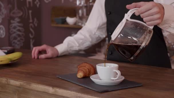 Barista lassan öntsük egy csésze kávé, croissant-t kell kézbesíteni