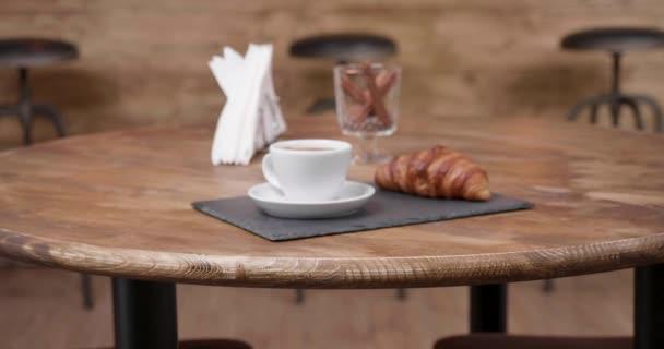 Lassan felé éttermi asztal, egy eszpresszó kávét és croissant-t is
