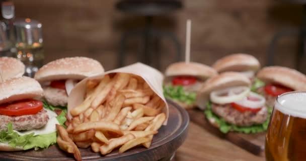 Francouzské hranolky a hamburgery, otáčení na dřevěném prkénku