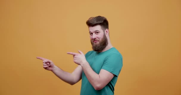 Mladý vousatý muž ukazuje prsty v různých směrech