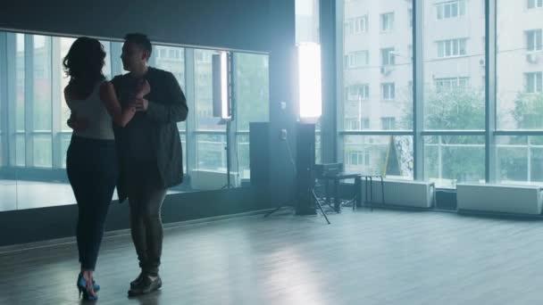 Fiatal pár fellépő kizomba tánc elemek előtt egy tükör