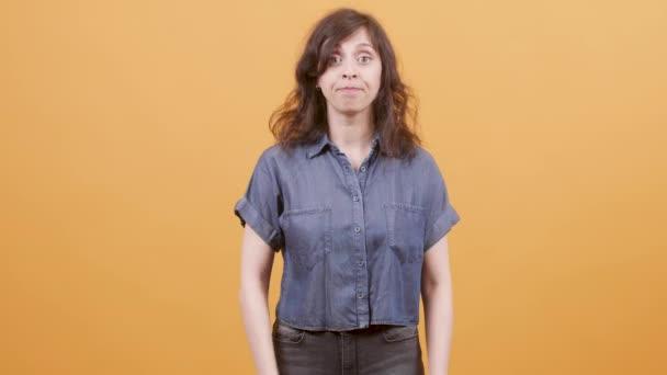 Mladá žena přes žluté pozadí vykazující známky uznání