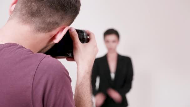 Nahaufnahme von Fotografen beim Fotografieren eines Modells