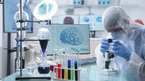 Nagyítás a lövés tudós kutató professzionális high end laboratórium vizsgálja a mikroszkóp