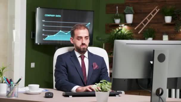 Přiblížit záběry zaměstnanců kanceláře, kteří pracují na počítači na jeho psacím stole