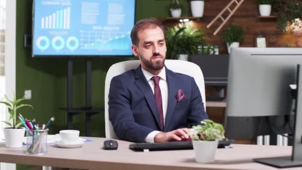 V moderní tvůrčí kanceláři mladí podnikatel na počítačové klávesnici