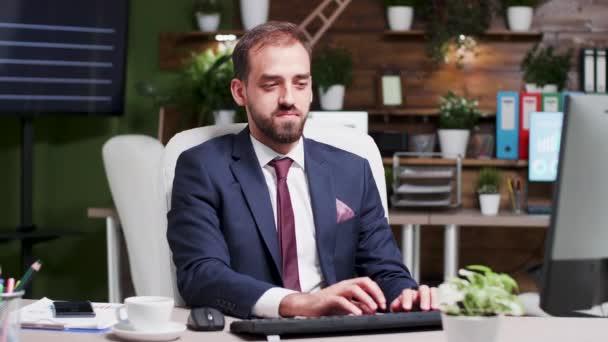 Podnikatel, který na konci týdne pracuje hodiny navíc, se dívá na čas