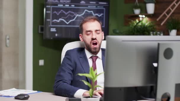 Podnikatel zívá při psaní do počítače