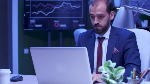 Erschöpfter Mann im Anzug arbeitet am Laptop