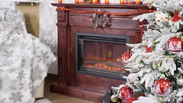 Weihnachtsbaum in der Nähe eines schönen Kamins