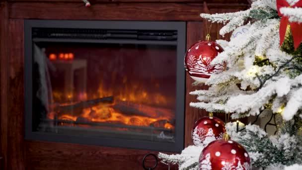 weihnachtlich dekorierte rote Glaskugeln auf einem Baum